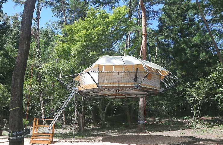 木からつり下がったテント「ツリードーム」