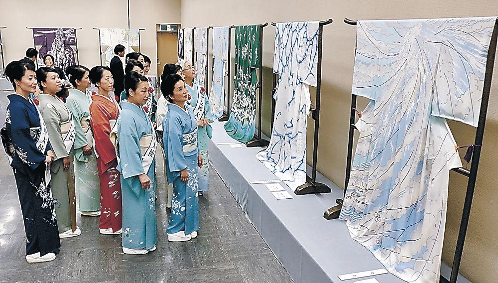 意欲作を楽しむ来場者=金沢市の県立美術館