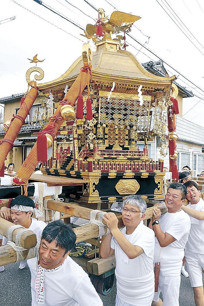 力を合わせて神輿を担ぐ氏子=小松市安宅町