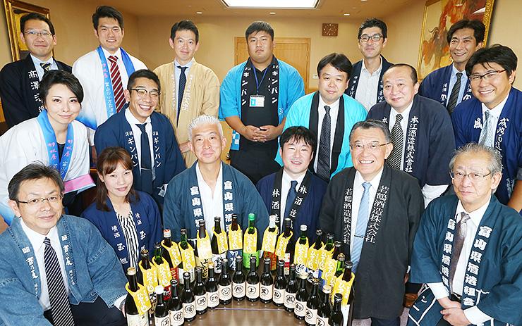 ひやおろしをPRする県酒造組合のメンバー=北日本新聞社