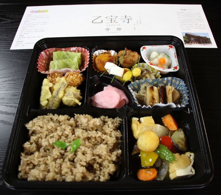 秋野菜をふんだんに使った料理が並んだ秋の「寺弁」=胎内市乙