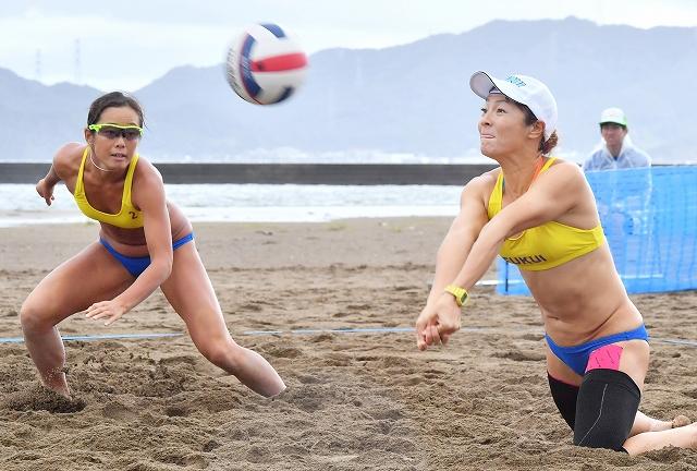 福井国体でスタートしたビーチバレーボール=9月11日、福井県小浜市の若狭鯉川シーサイドパーク