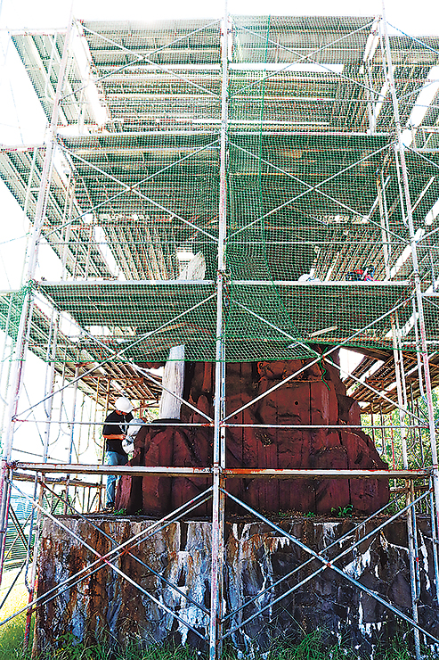 修復作業が進む「獅子の子落とし」彫刻