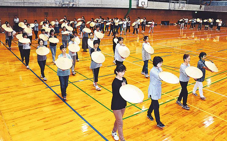 むぎや踊りパレードに向け、しなやかに踊る参加者=城端中学校体育館
