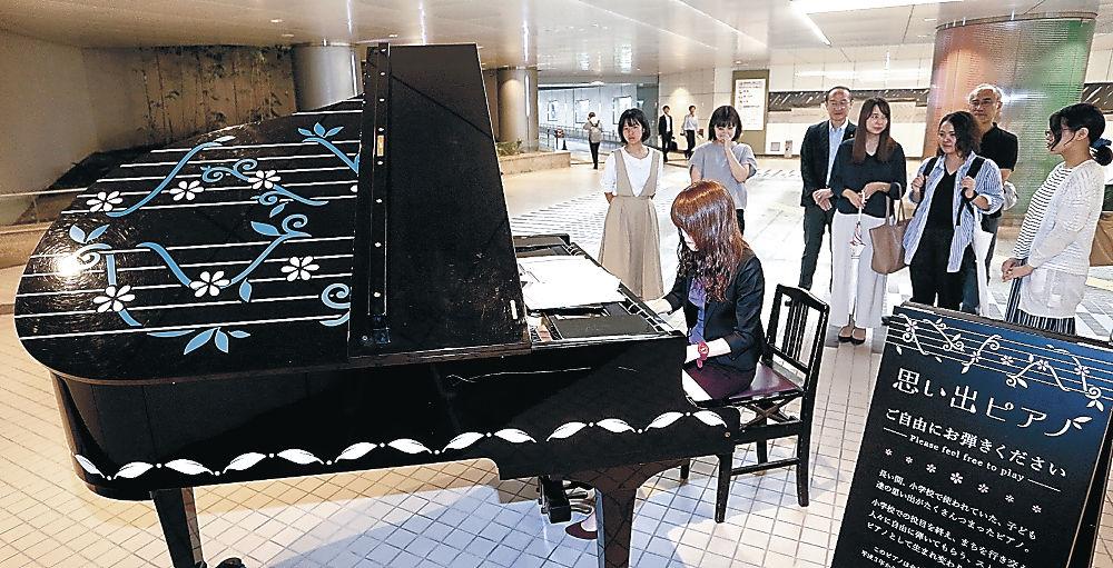 ピアノを演奏する駅利用者=金沢駅西地下通路
