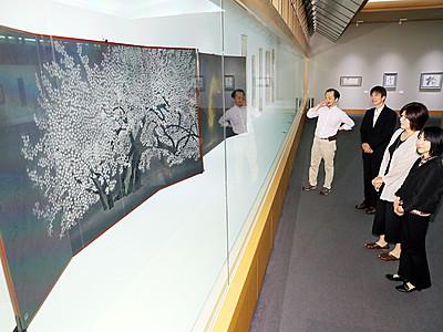 花鳥風月展 迫力伝わる展示整う 14日から県水墨美術館