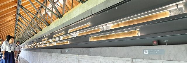県年縞博物館に展示されている水月湖の年縞。約7万年分の年縞が並んでいる=9月13日、福井県若狭町鳥浜
