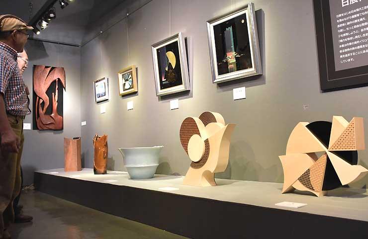 新たに展示された陶芸や組子細工