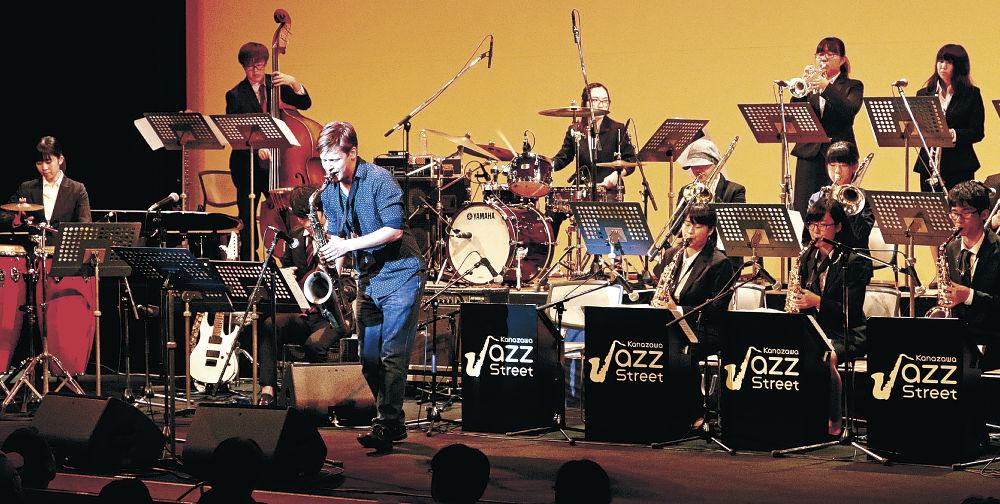 ザレンバさん(中央)と共演する金大のバンド=北國新聞赤羽ホール
