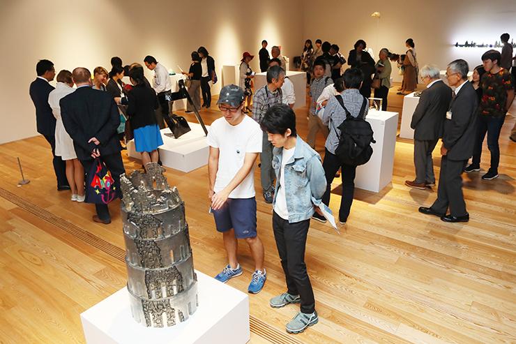 世界各国から寄せられた現代ガラスの秀作が並ぶ会場=富山市ガラス美術館