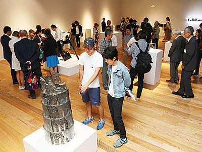 最新の造形美一堂に 富山ガラス大賞展開幕