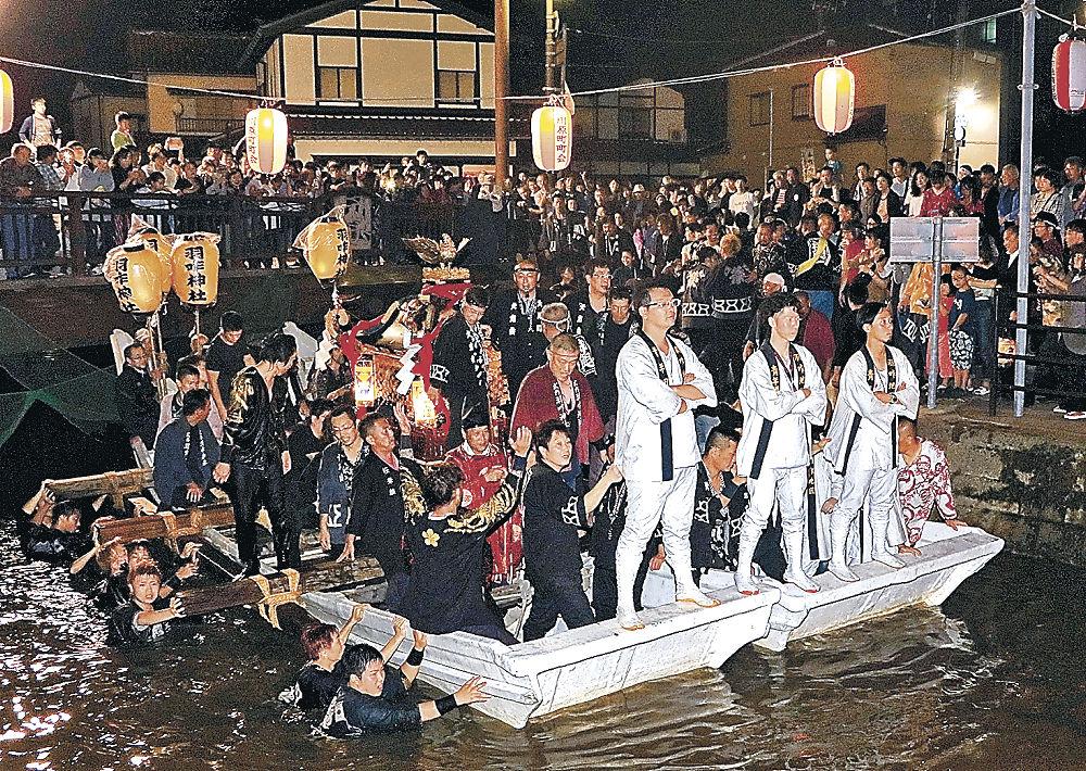 神輿を載せて川を進む御座舟=羽咋市川原町