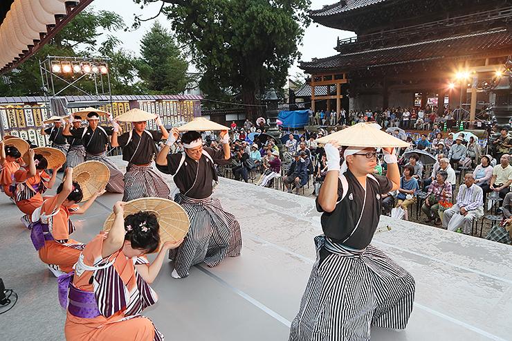 善徳寺の舞台で麦屋節を披露する野下町の踊り手=城端別院善徳寺