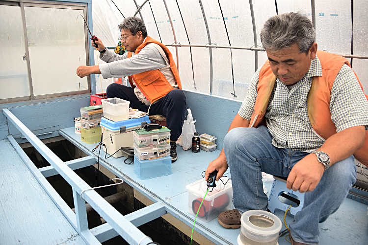 専用の「ドーム船」でワカサギを釣り人たち