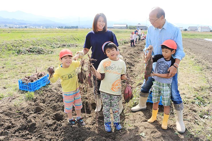 あすなろふぁーむで、市内の園児たちとサツマイモ掘りを楽しむ中谷さん(奥左)と北村さん(奥右)=昨年10月