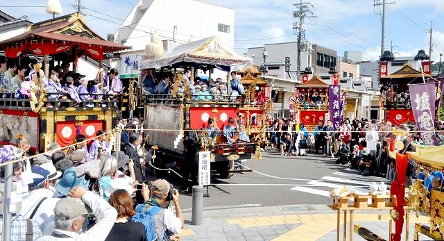 大勢の見物客の前に集結した5基の山車=9月16日午後、福井県小浜市まちの駅周辺