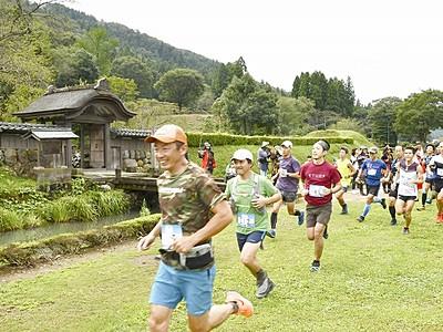 戦国時代感じ山林を快走 福井市で朝倉トレイルラン