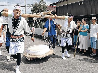 大鏡餅担ぎ練り歩く 小松・向本折町初老男性が奉納道中