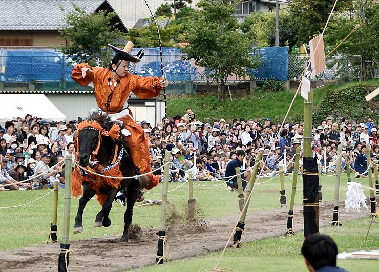 馬で駆け抜けながら的を打ち抜く射手