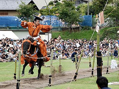 馬上から的中 迫力の「上田城流鏑馬」