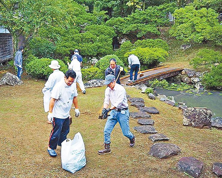 瑞泉寺の庭園をきれいにする実行委メンバーら