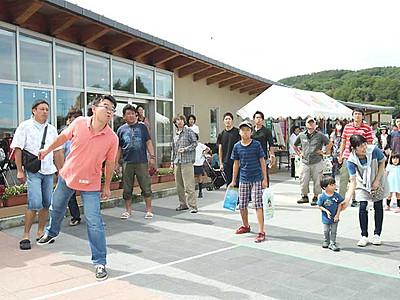プルーンの種飛ばし競う 佐久でフェス、100人参加