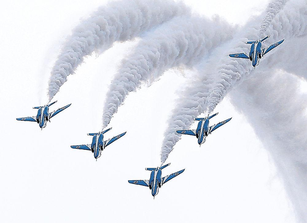 曲技飛行で来場者を魅了したブルーインパルス=小松基地