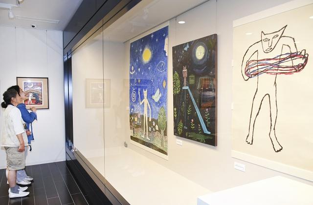 「マオ猫」のイラストレーションなどが並ぶ原画展