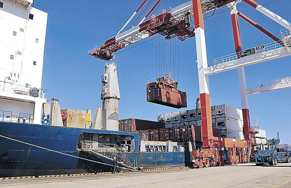 コンテナを積み下ろす定期航路船=金沢港