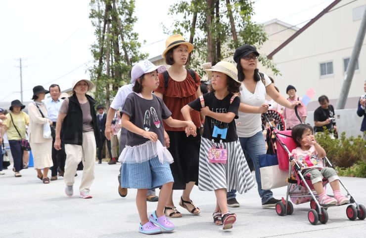 うみがたりのオープン初日でにぎわう直江津地区。書き入れ時の夏が終わり、今後の誘客が課題だ=6月26日、上越市