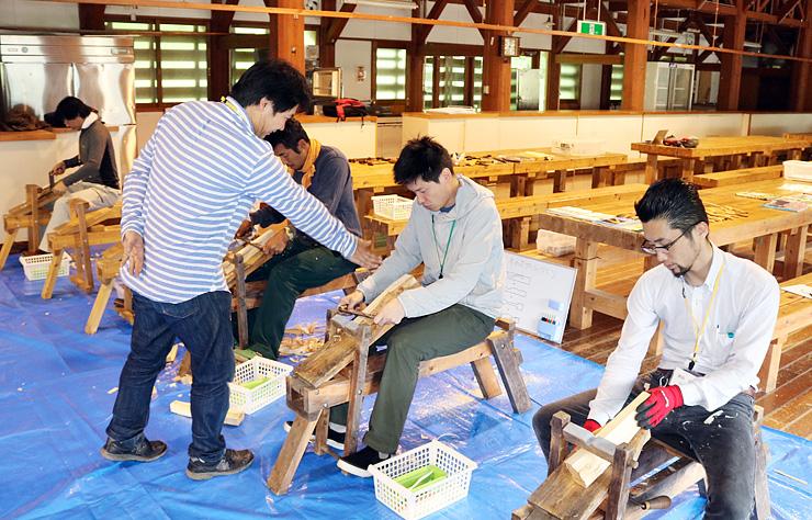 大学校設立前の準備セミナーで、木の加工に取り組む参加者=2017年9月、南砺市利賀地域