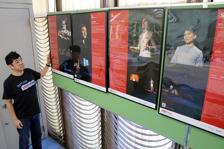パネル展でテデックスヒミの活動を紹介する川向代表