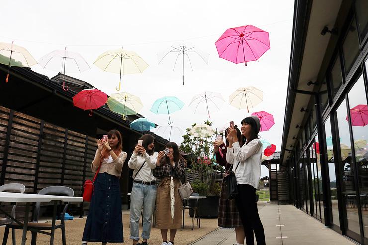 オープンテラスをカラフルに彩るビニール傘