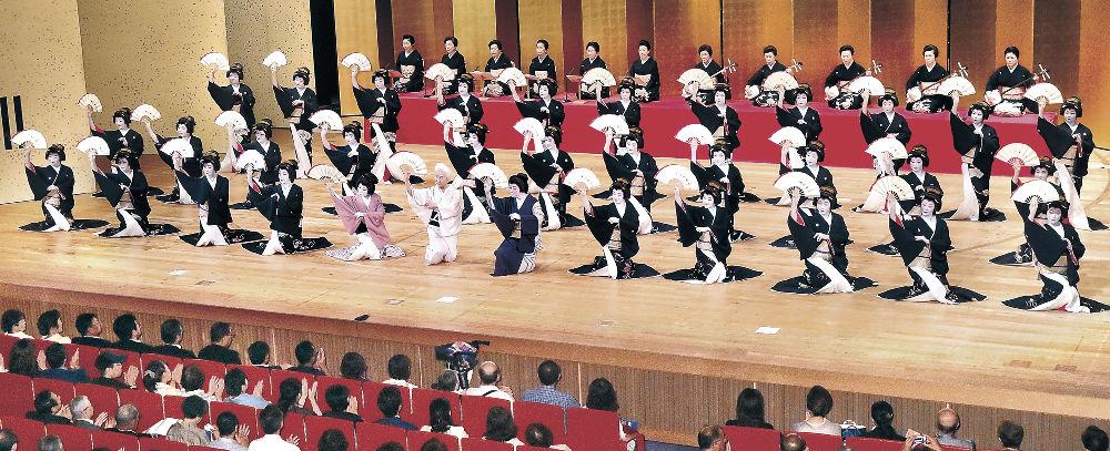 フィナーレの「金沢風雅」を心を一つに舞う三茶屋街の芸妓衆=金沢市の石川県立音楽堂邦楽ホール