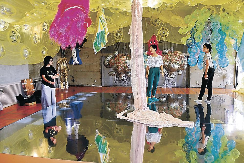 ひびのさんの作品「スズズカ」=珠洲市の旧飯塚保育所