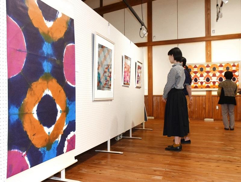 色鮮やかな作品が並ぶ大久保さんの個展=9月21日、福井県の越前市紙の文化博物館