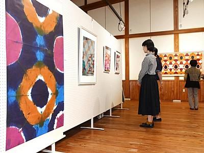 独特の色彩鮮やか 自閉症のアーティスト・大久保さん個展
