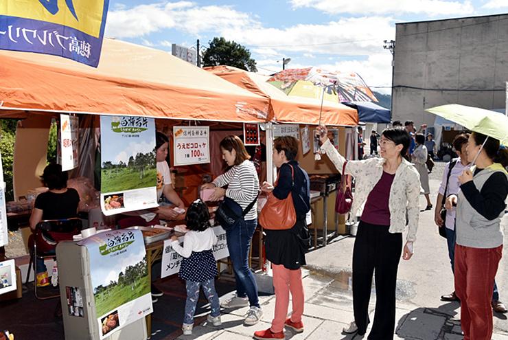 ご当地食材を使った飲食販売ブースなどが並んだ信州上田楽市楽座