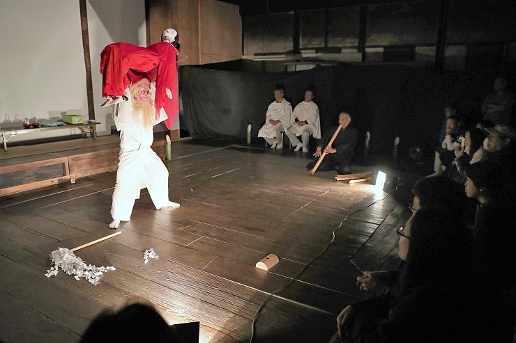 「栗矢の無礼講」で等身大の人形を操る飯田さん(左)=21日夜、阿智村