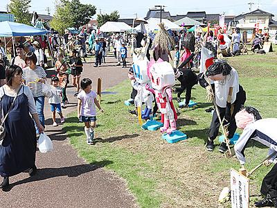 中田かかし祭開幕 高岡、200体並ぶ