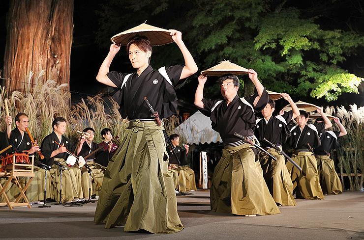 鮮やかな笠さばきで麦屋節を踊る越中五箇山麦屋節保存会の踊り手=地主神社