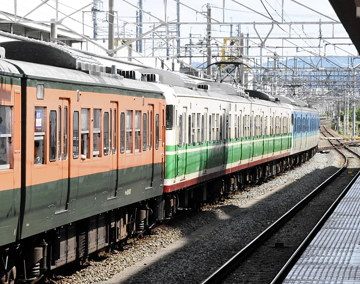 上田駅で、「長野色」の連結を終えた臨時列車(手前から湘南色、初代長野色、長野色)=23日午後0時45分ごろ、上田市
