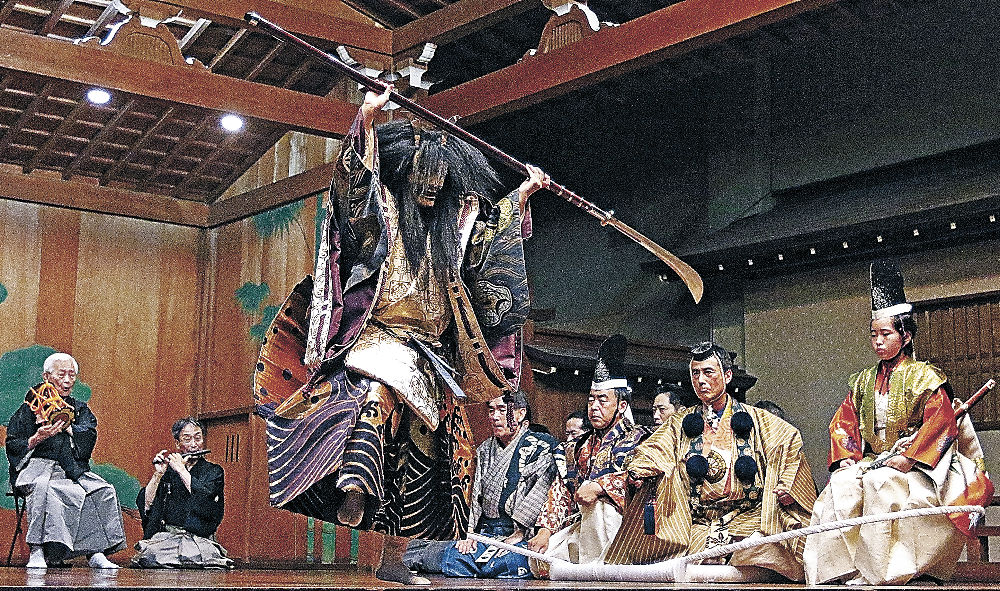 能「船弁慶」で、源義経に襲い掛かる平家の亡霊を演じる松田さん=県立能楽堂