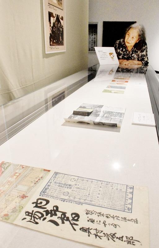 各旅館の宣伝印刷物「引札」などが並ぶ企画展=9月22日、福井県のあわら市郷土歴史資料館