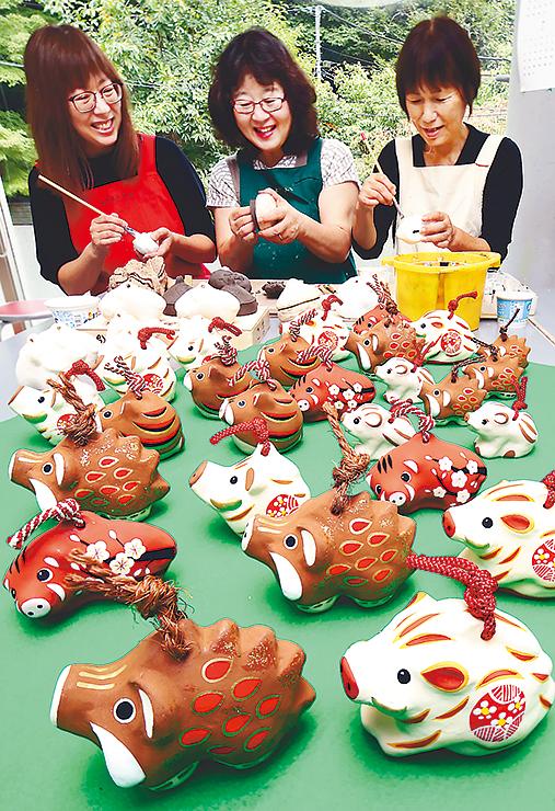 来年のえとにちなんだイノシシの土鈴作りに励むとやま土人形伝承会のメンバー=富山市安養坊