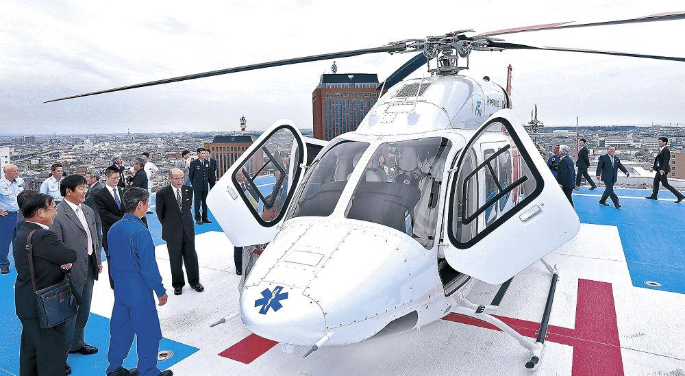 ドクターヘリを見学する運航開始式出席者=金沢市の石川県立中央病院