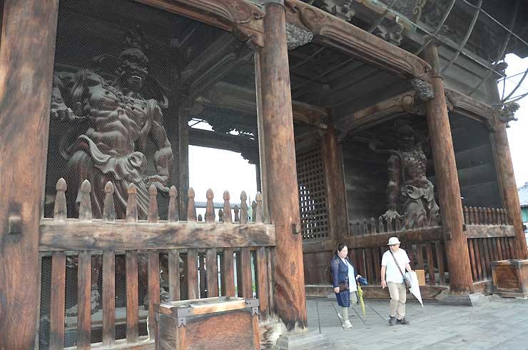 建物や景観を守るため、全ての千社札が剥がされた善光寺の仁王門