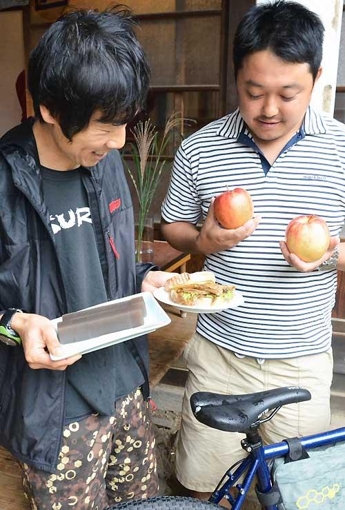 グルメライドで味わう、キノコを使ったサンドイッチ(中)や和菓子(左)、リンゴなど