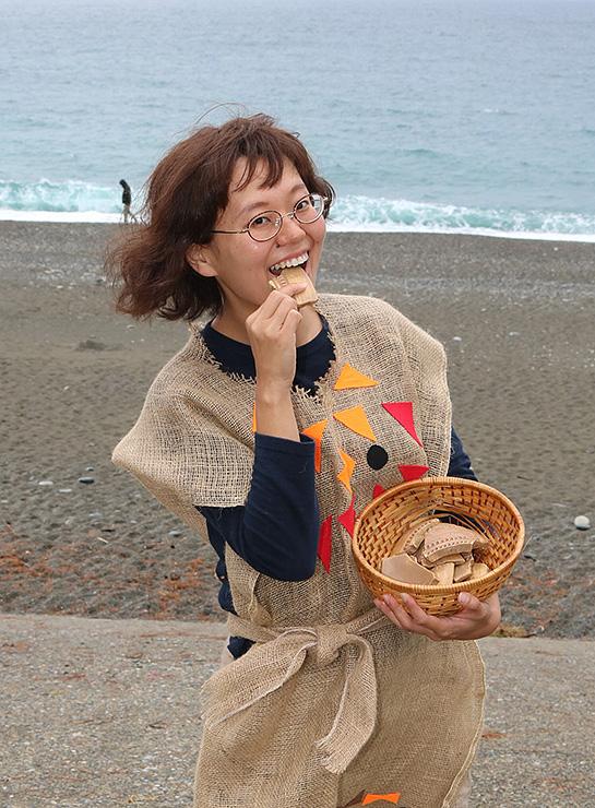 「クッキーを作りながら楽しく土器について学ぼう」と呼び掛ける服部さん=宮崎海岸