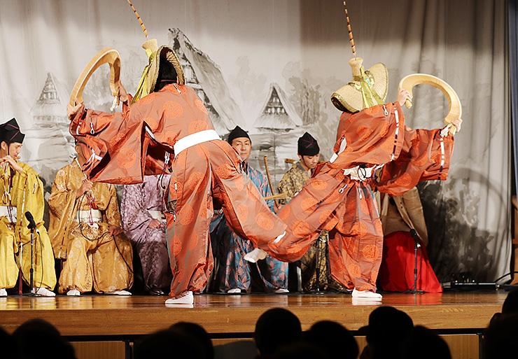 郷愁を誘うこきりこ節に合わせて演じられたささら踊り=白山宮境内